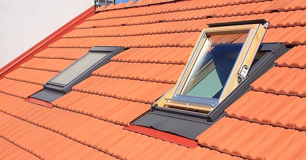Pose de fenêtre de toit et de panneaux solaires